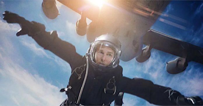 Missão Impossível 7: Vídeo mostra Tom Cruise dirigindo uma motocicleta em um penhasco