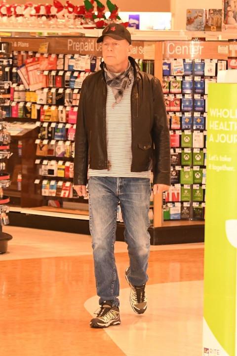 Bruce Willis visto sem máscara dentro de uma farmácia Rite Aid