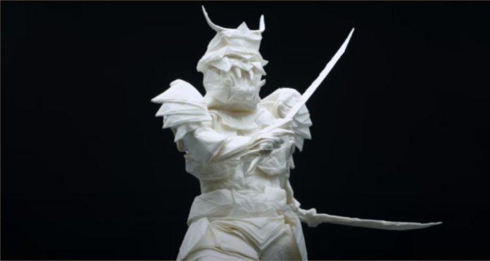 Homem dobra um pedaço de papel por 50 horas faz Samurai