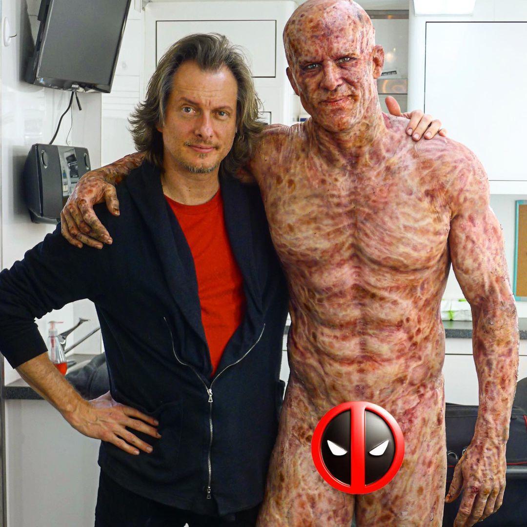 Maquiagem de corpo inteiro para cicatrizes de Deadpool de Ryan Reynolds mostrada na imagem do BTS 1