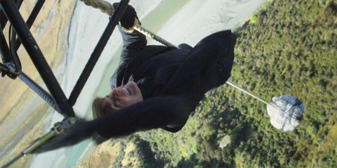 Tom Cruise está pendurado na lateral de um trem em missão: Foto em Missão Impossível 7