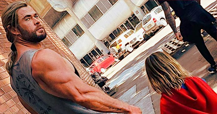 O filho de Chris Hemsworth quer ser o Super-Man! Thor não está muito feliz